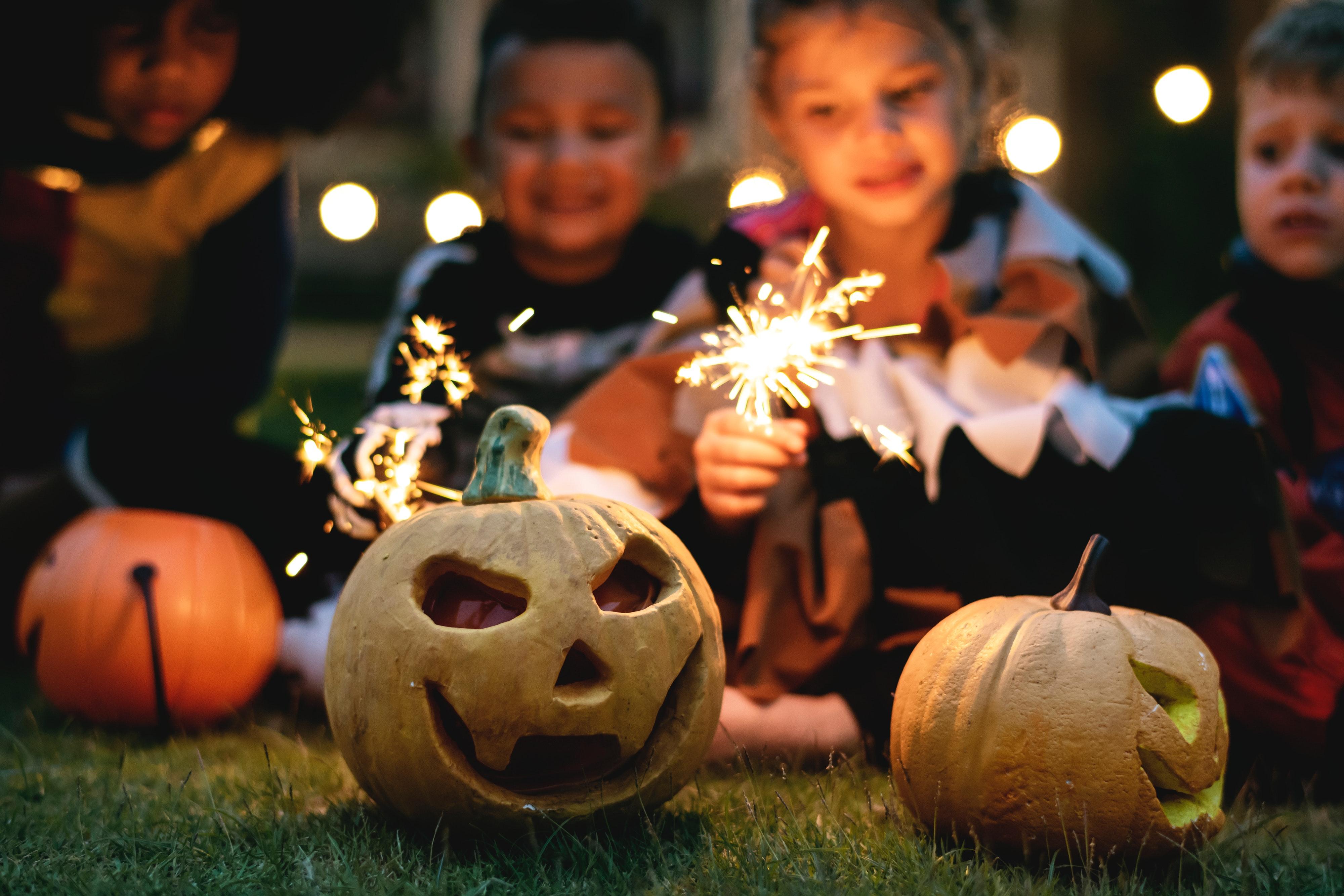 PEXELS FREE boys-carved-pumpkin-celebration-1371178
